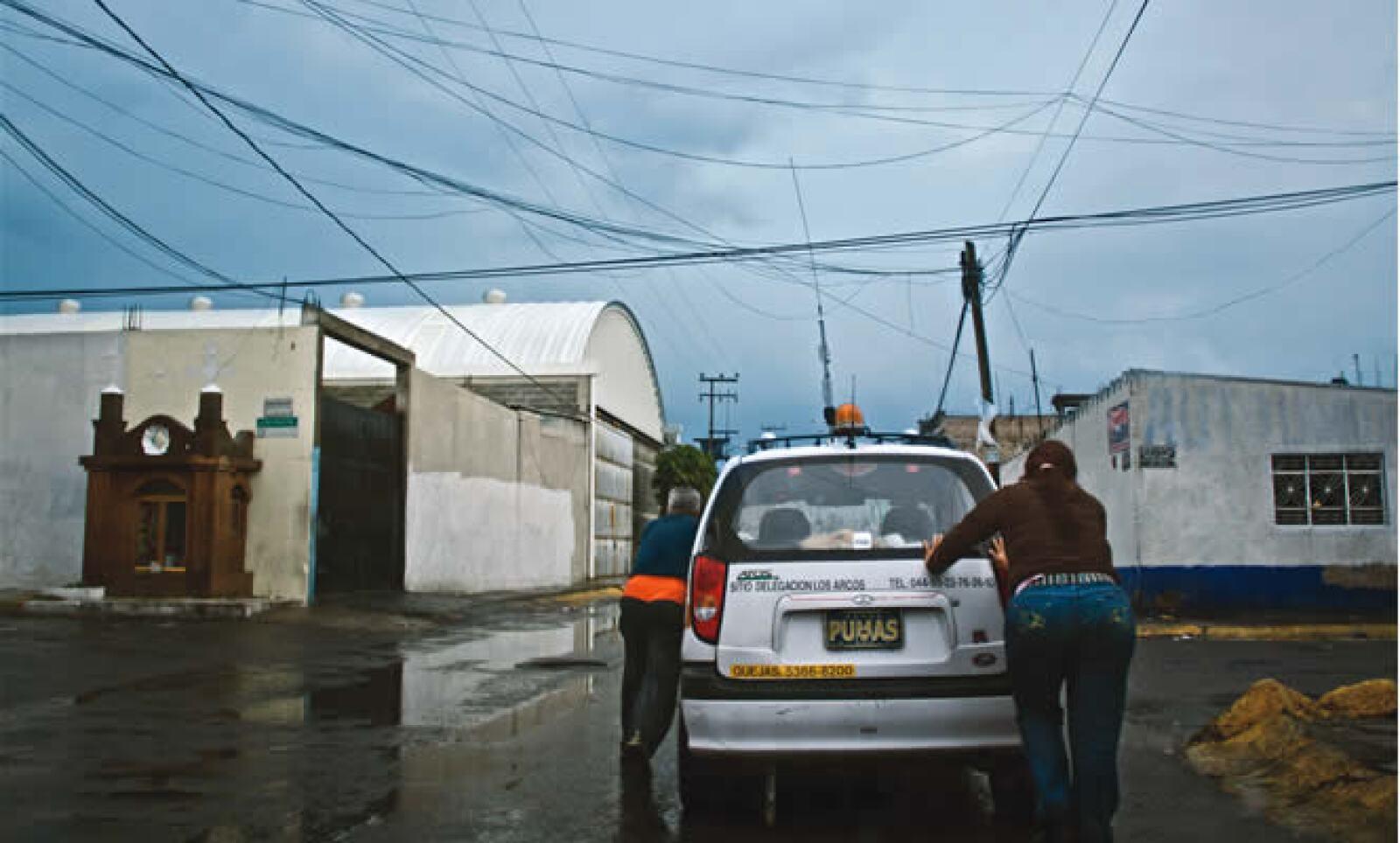 9.3% crecieron en 2009 las ventas de Roche, por Tamiflu. Gabriel, chofer de taxi, estuvo inactivo por meses, su familia tuvo que buscar otro ingreso para cubrir sus deudas.