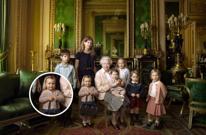 En una de las recientes fotos que han publicado en honor al cumpleaños número 90 de la reina, hay una pequeña que sale tomando su bolso; se trata de Mia Tindall, hija de Zara Phillips.
