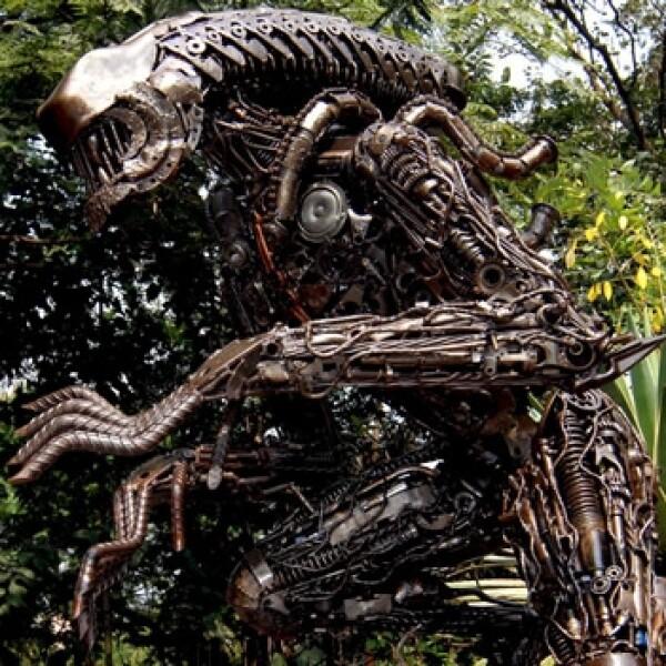 escultura de alien de chatarra