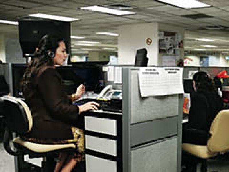 Tres telefonistas atienden los comentarios y señalamientos de empleados de Scotiabank. Las quejas luego son atendidas por un ombudsman interno. (Foto: Especial)