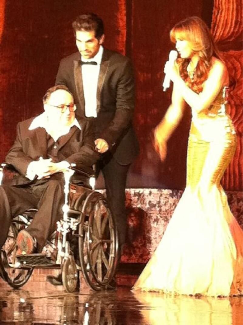 La cantante lució un vestido dorado largo.