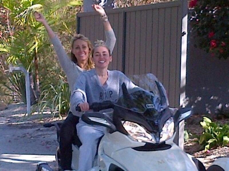 Miley disfrutando su nuevo regalo en compañía de su mamá.