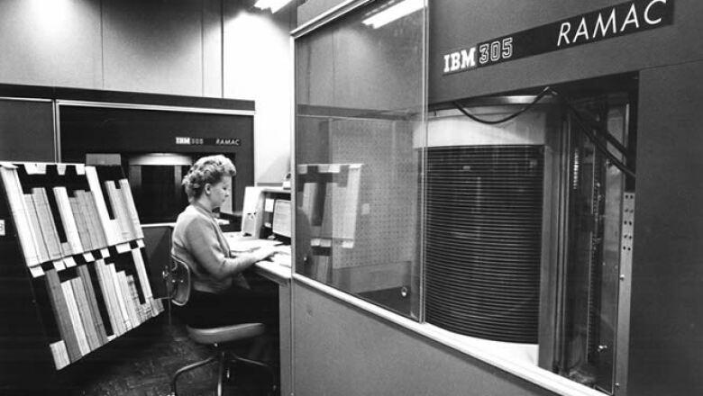IBM creó el centro de almacenaje RAMAC (Random Access Method of Accounting and Control), que contenía el primer disco duro del mundo. Tenía una capacidad de 10 megabits y pesaba más de 10 toneladas.