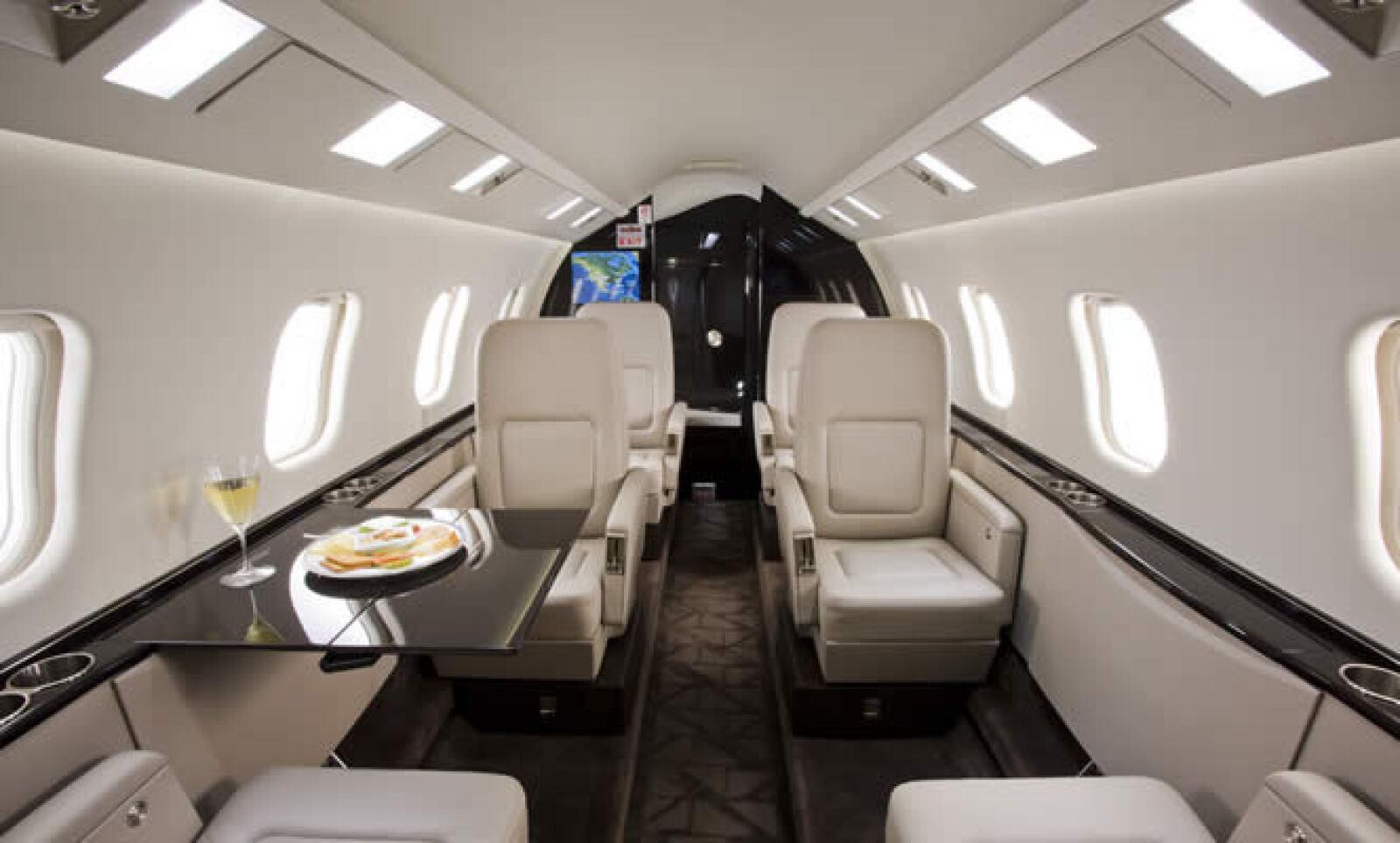 La comodidad es un factor crucial en el el Learjet, tiene iluminación de LEDS, cuenta con páneles de control táctiles para acceso a televisión, DVD, radio, reproducción MP3 y Internet de alta velocidad.