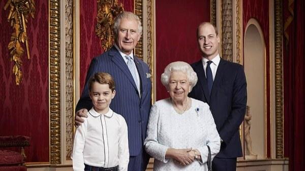 Príncipe George, príncipe Carlos, reina Isabel y el príncipe William
