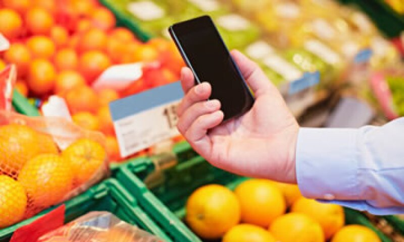 Algunos usuarios comparan precios en una tienda a través de sus teléfonos inteligentes. (Foto: Getty Images)