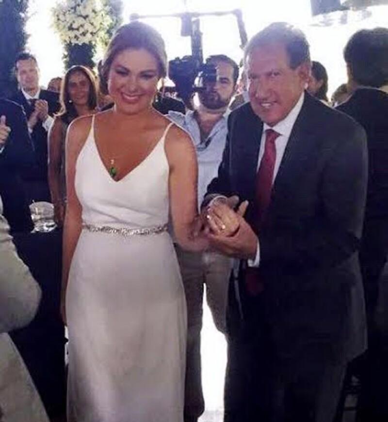 El político, de 72 años de edad, muestra el anillo de su ahora esposa.