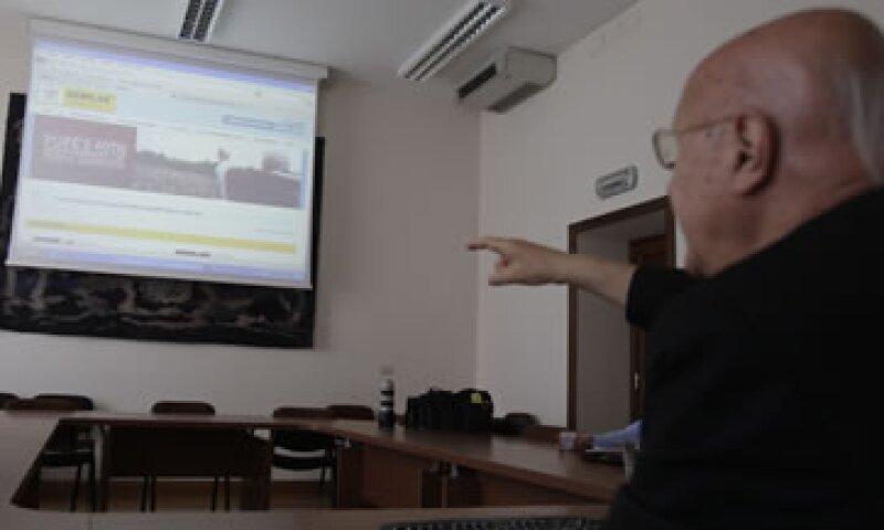 Monseñor Claudio María Celli muestra a periodistas el nuevo espacio de comunicación de la Santa Sede en una conferencia de prensa. (Foto: AP)