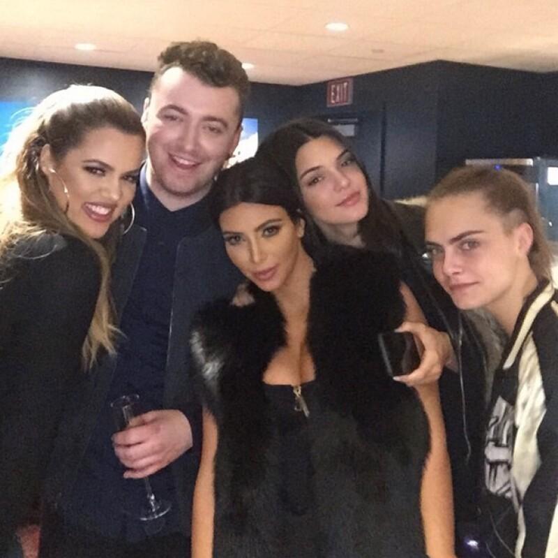 Las hermanas Kardashian-Jenner y Cara Delevingne estuvieron backstage conociendo a Sam Smith.