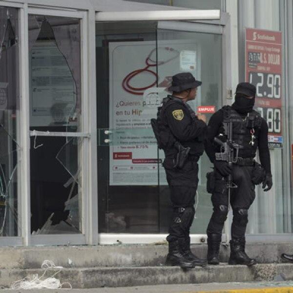 Jóvenes lanzaron bombas caseras a dos sucursales bancarias, causando daños a las instalaciones en Naucalpan, Estado de México