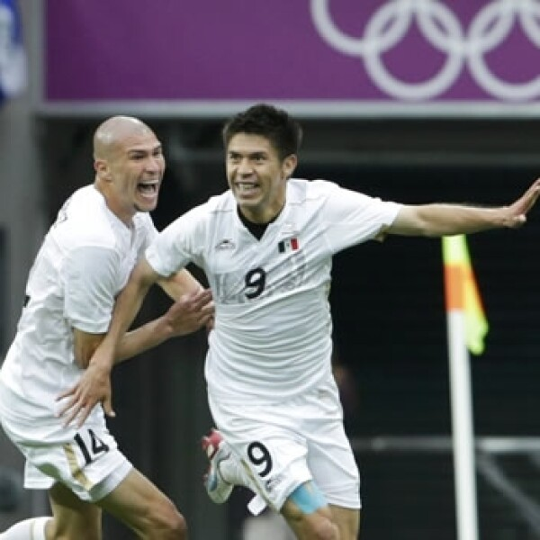 Oribe Peralta celebra su gol ante Japón