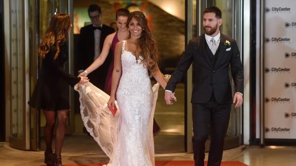 Para su boda con Lionel Messi, Antonella Roccuzzo eligió un diseño Rosa Clará.