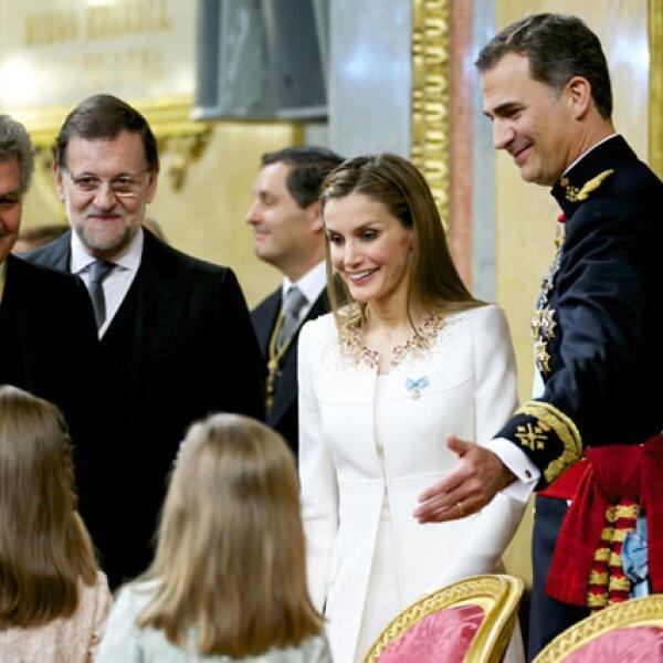 Felipe presenta a sus hijas con el presidente del Congreso y el presidente de España, Mariano Rajoy en el Salón de los Pasos Perdidos.