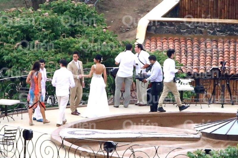El escote de la espalda se ve en esta foto que tomamos en exclusiva de su boda.