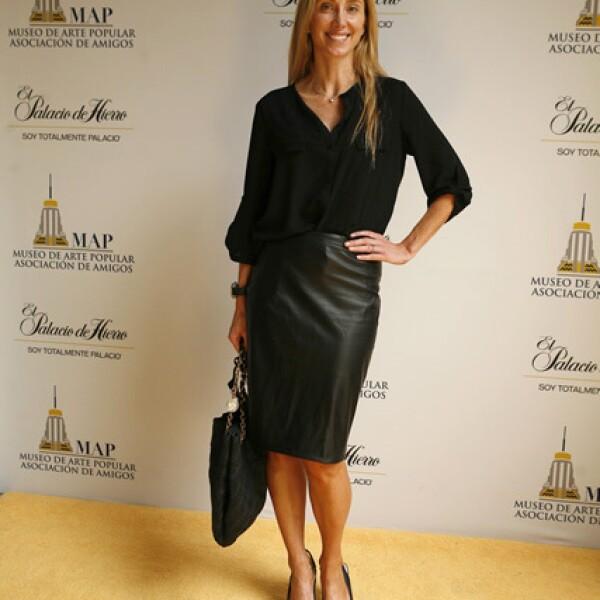 Françoise Lavertu muy elegante y en tendencia con una falda lápiz de piel, todo en tonos negros.