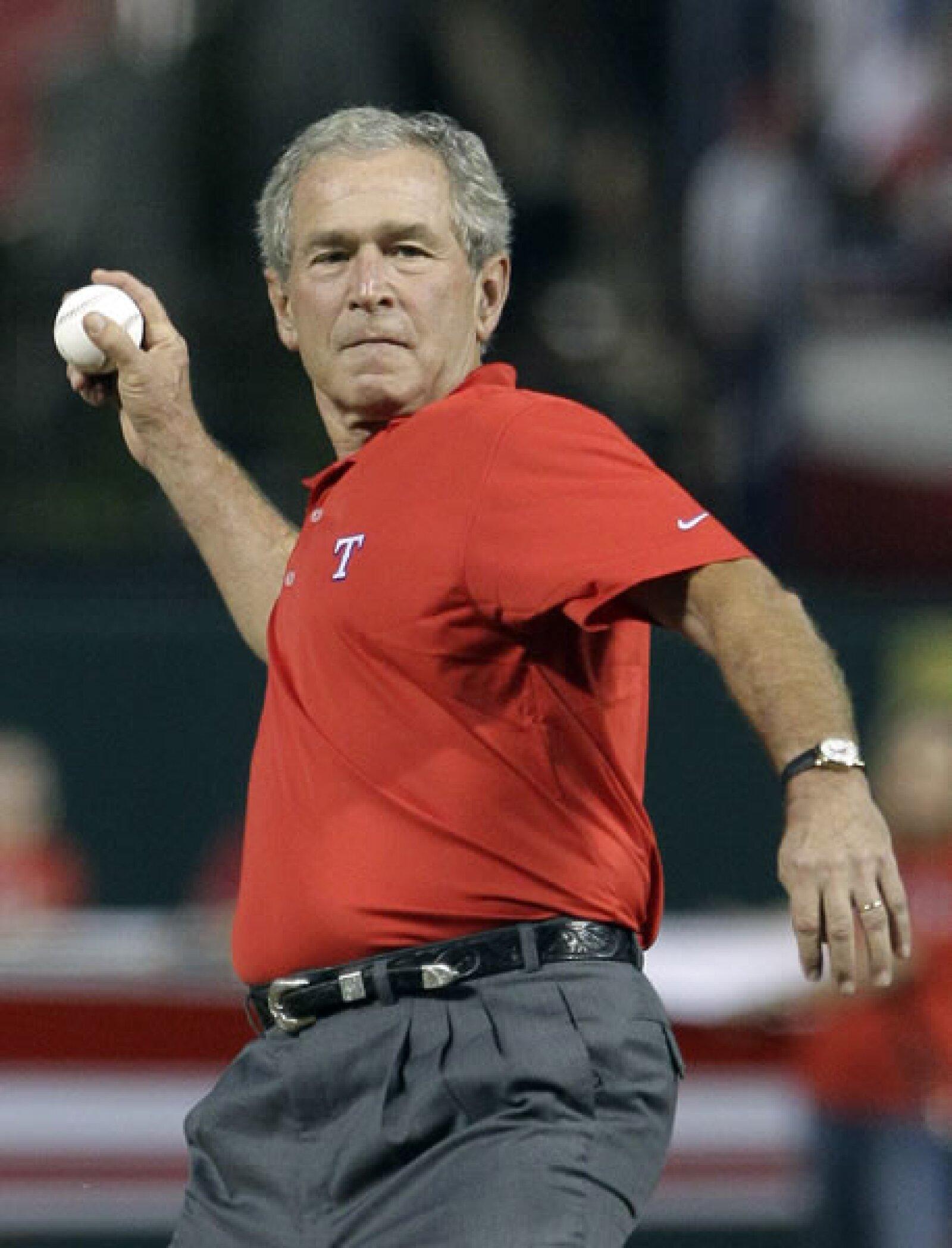 El ex presidente George W. Bush es fanático de los Rangers de Texas, equipo que juega la Serie Mundial contra los Cardenales de San Luis. No sólo es aficionado, fue por mucho tiempo dueño del equipo.