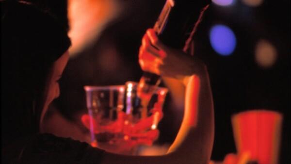 Alcohol alcoholismo bebidas drinks tragos doble aa mujer botella vino ateo fe rehabilitación