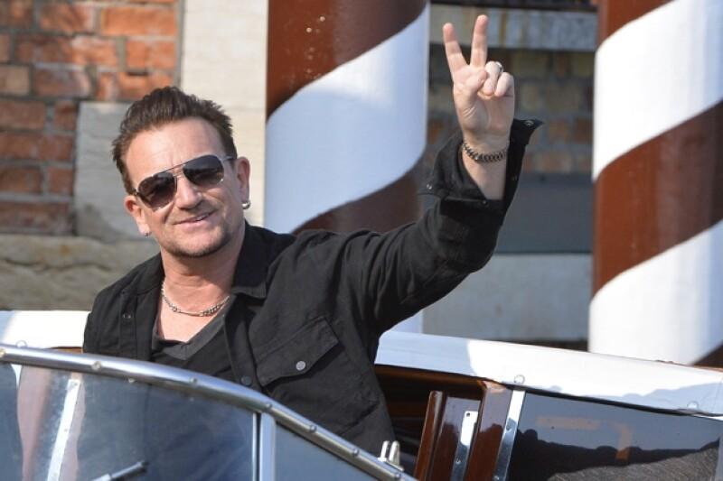 Bono fue otro de los invitados que llegó a ayer a la ciudad italiana para la boda del actor.
