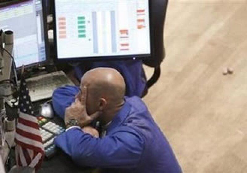 Una venta de última hora en el sector financiero ocasionó un descenso en el mercado estadounidense. (Foto: Reuters)