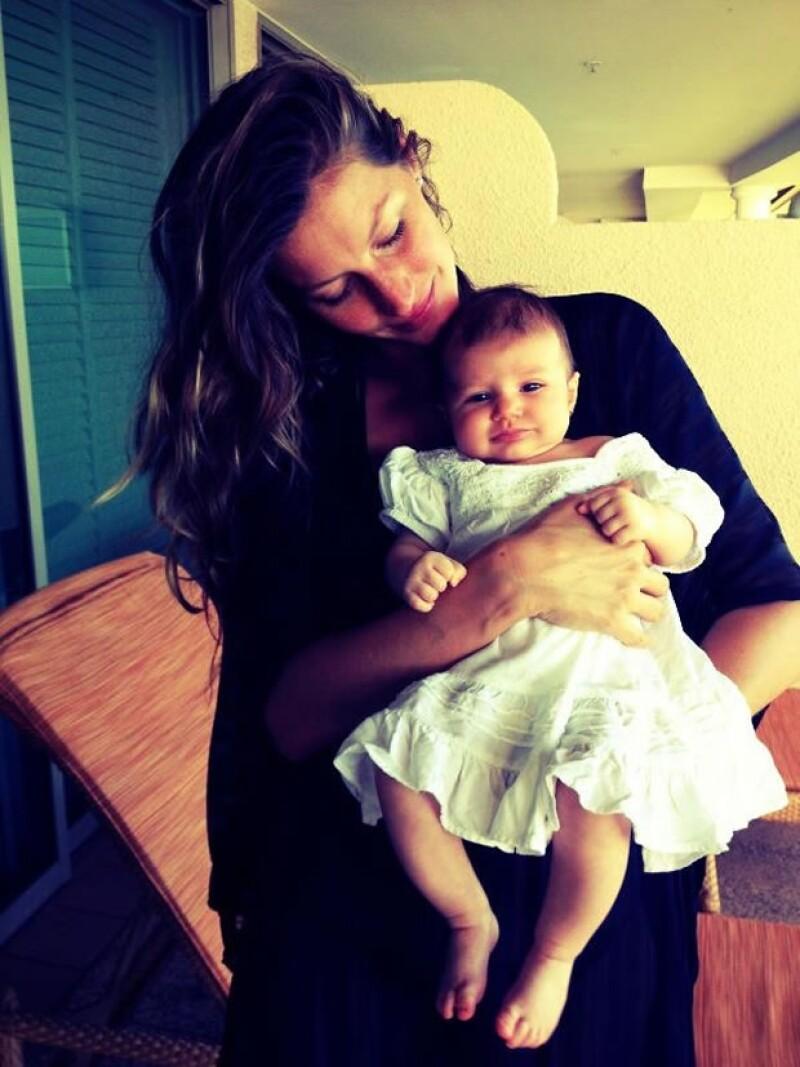 La guapa modelo subió una tierna imagen de Vivian Lake Brady a su Facebook, sin duda las felicitaciones por su hermosa bebé no se hicieron esperar.