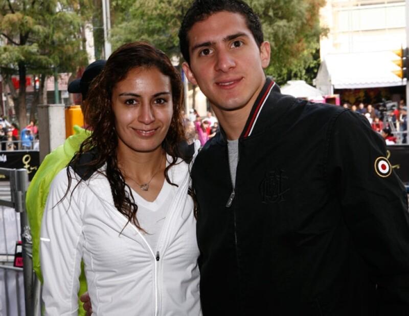 Los clavadistas Paola Espinosa y Rommel Pacheco se comprometieron en secreto antes de ir a Londres y no pudieron ocultarlo a su regreso. Conoce esta acuática historia de amor.