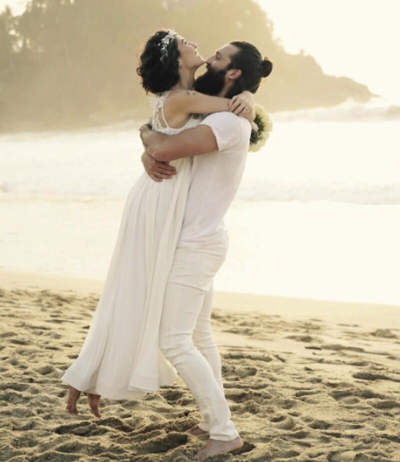 Bárbara y Kenneth se casaron en la playa.