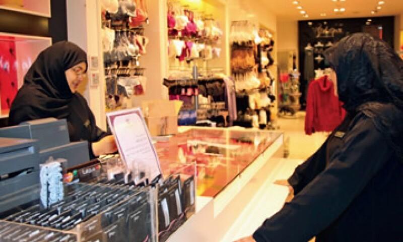 Una disposición del rey Abdullah sacó a los hombres vendedores de las tiendas y abrió la oportunidad de empleo a las mujeres árabes. (Foto: Susan Baaghil / Reuters)