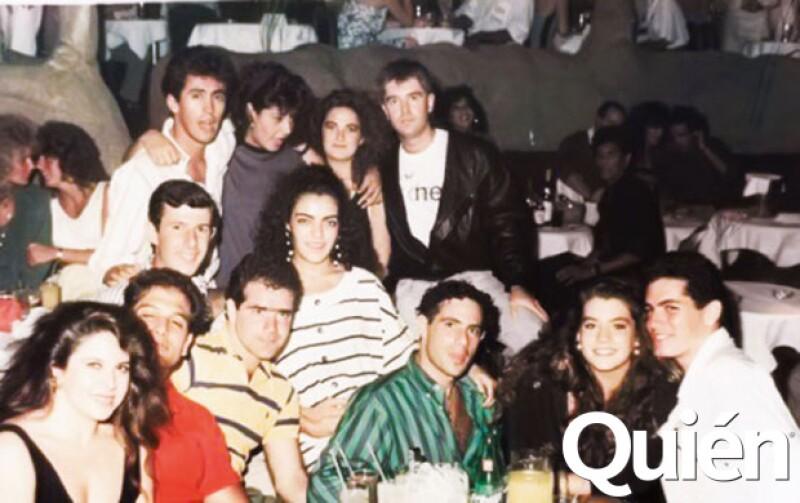 Otro de los clientes consentidos, Sergio Berger (al centro). Aquí con un grupo de amigos.