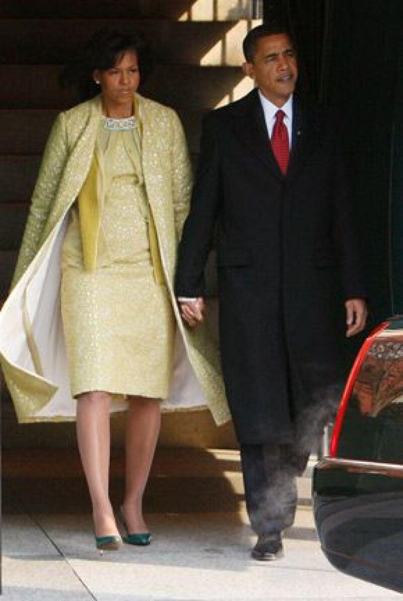 En la toma de posesión de su esposo, la primera dama vistió un traje dorado con chaqueta de la diseñadora estadounidense nacida en Cuba.