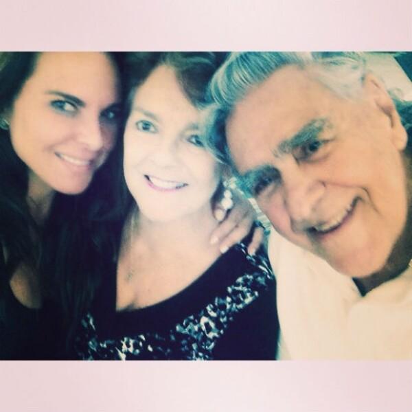 La actriz con sus papás, Kate y Eric del Castillo.