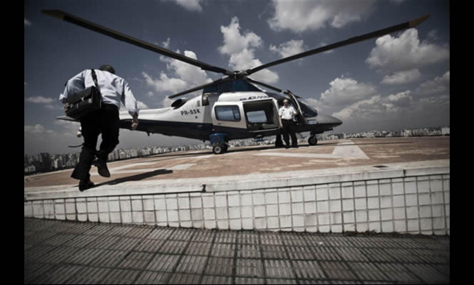 Michael Klein, dueño de Casas Bahía, y uno de los brasileños más ricos, a punto de abordar uno de sus dos helicópteros personales.
