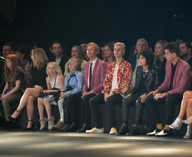 Beck y su hijo Cosimo también estuvo presente en el desfile de Saint Laurent, setándose junto a Justin Bieber.
