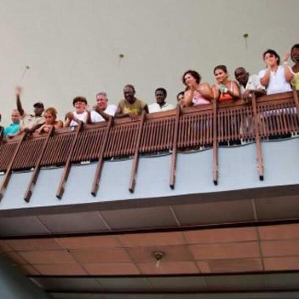 Gente saluda durante reaparicion de Fidel Castro