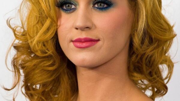 La cantande de pop, Katy Perry ha transformado su cabellera en varias ocasiones, la semana pasada experimentó con el rubio para el estreno de la película Los Pitufos.