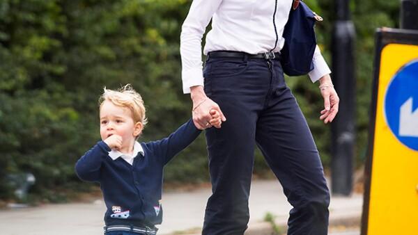 El pequeño de dos años de edad fue visto luciendo un outfit en color marino tras pasar una tarde en el parque en compañía de su niñera.