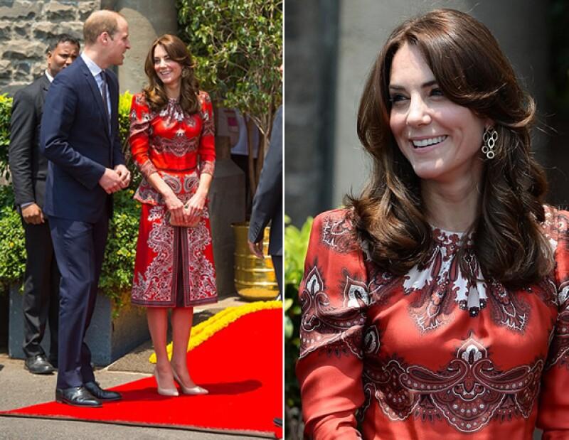 Con un atuendo de Alexander McQueen, Kate asistió al evento de conmemoración del atentado del 2008.