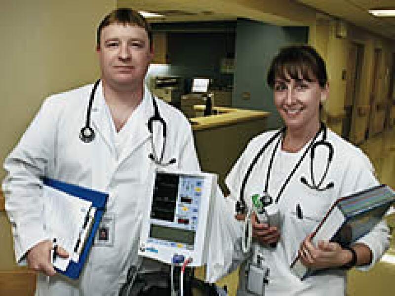 Kevin Lepper y Colleen Hardin, ex trabajadores del sector automotor, cursan hoy enfermería en el Hospital Henry Ford. (Foto: Especial)