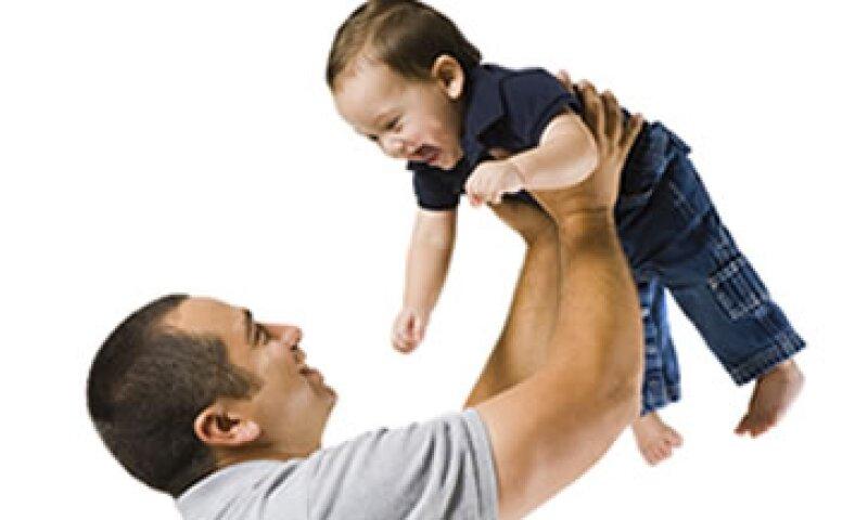 Las largas jornadas laborales impiden que los padres disfruten de tiempo de calidad con sus hijos. (Foto: Getty Images)