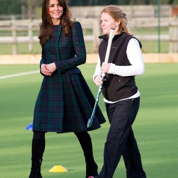 Durante una visita a la Universidad de St. Andrews usó un vestido en tartán, el motivo británico por excelencia.
