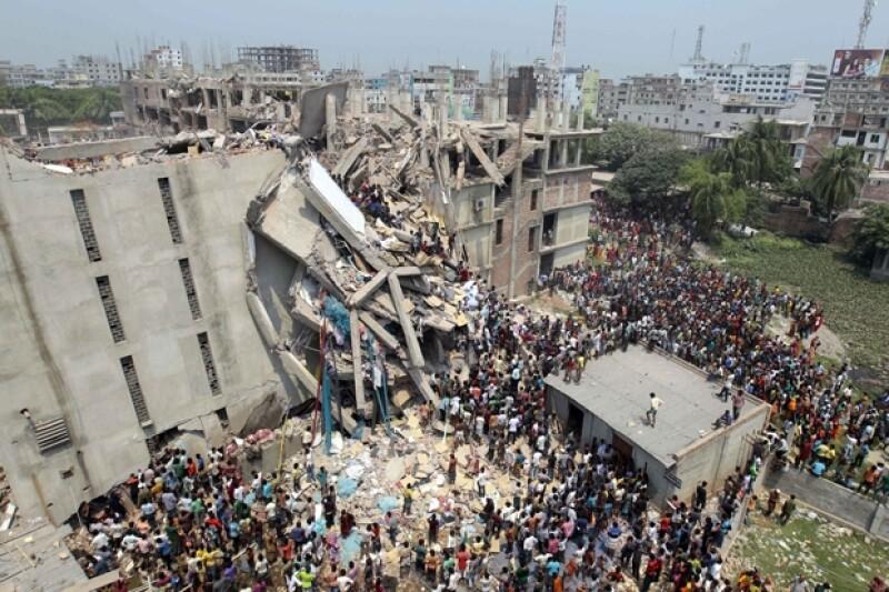 La estructura albergaba varias fábricas de prendas y un centro comercial. El derrumbe es el desastre más reciente en la industria de la ropa en Bangladesh.