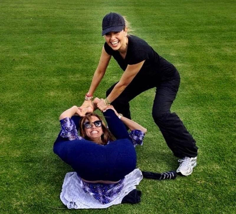 Thalía y Lili se divirtieron tratando de realizar una pose de Yoga.