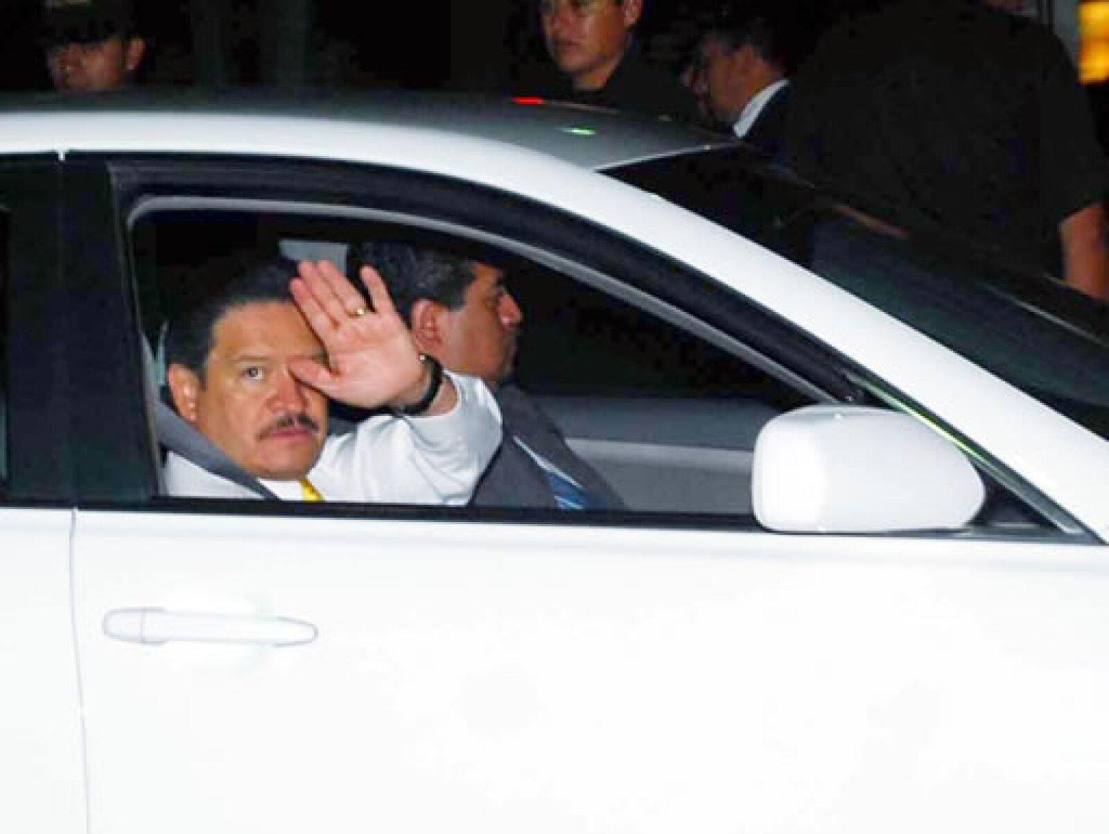 El senador del PRD, Carlos Navarrete, a su salida del Museo de Antropología e Historia después de la cena ofrecida al presidente Obama.