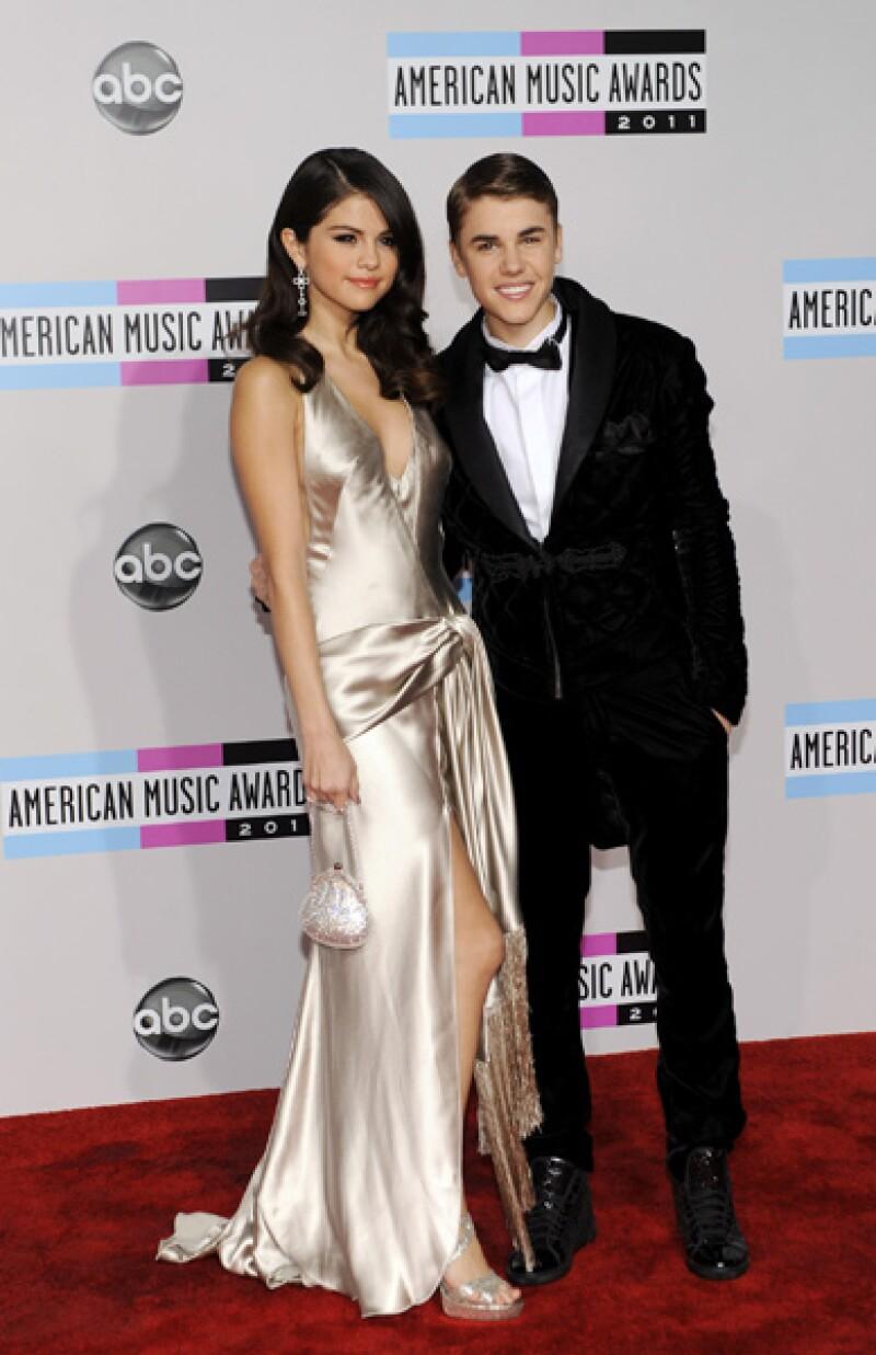 La pareja del momento Justin Bieber y Selena Gomez arribaron juntos a la alfombra roja de los American Music Awards.