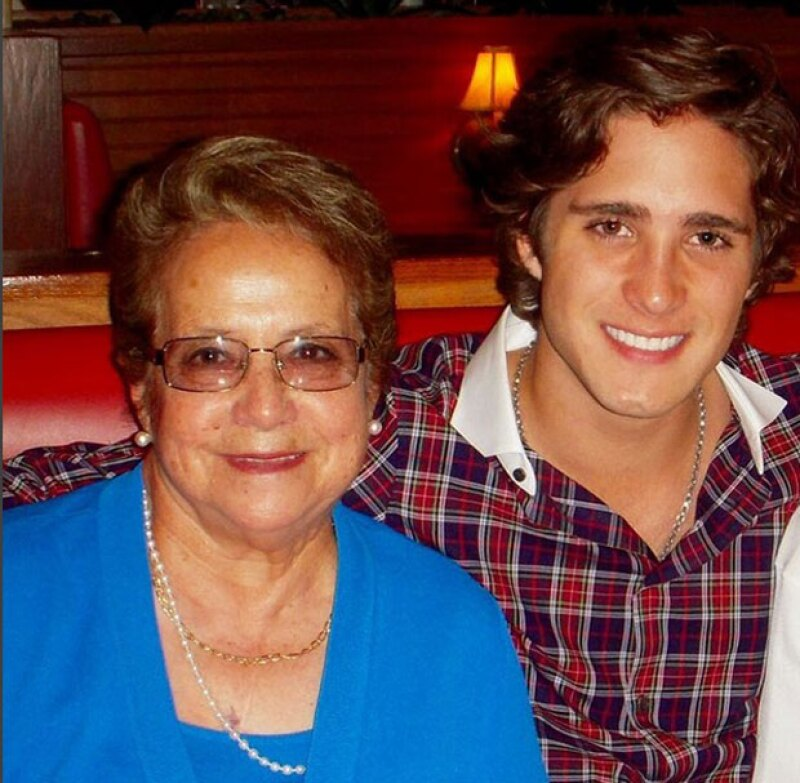 La abuelita del cantante y actor falleció hace un par de días, y él le dedicó un emotivo mensaje.