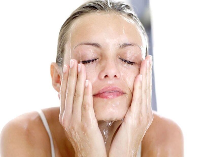 Es importante que laves tu cara con jabón para cara. Nunca con shampoo o jabón de cuerpo.