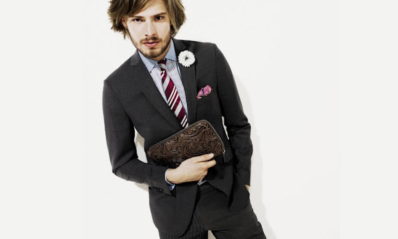 Esta opción de traje es ideal para mantener un estilo clásico con destellos de rebeldía, como el color roso del pañuelo al frente.