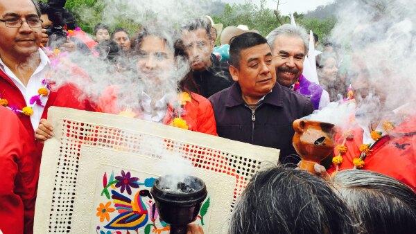 La candidata al gobierno de Puebla recibió una 'limpia' por parte de Raymunda, quien sabe que las elecciones están por acontecer. (Foto: Elvia Cruz)