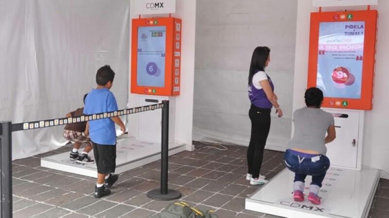 Usuarios del Metro se ejercitan para poder obtener un boleto gratis en la Ciudad de México