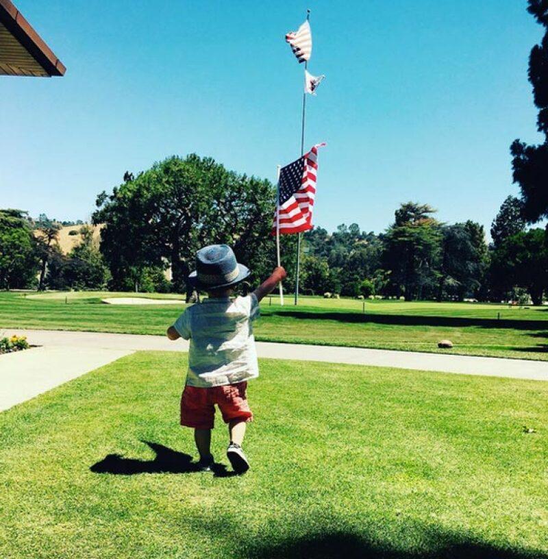 Como en pocas ocasiones el cantante publicó una imagen de su primogénito, quien demostró que ya puede caminar solo.