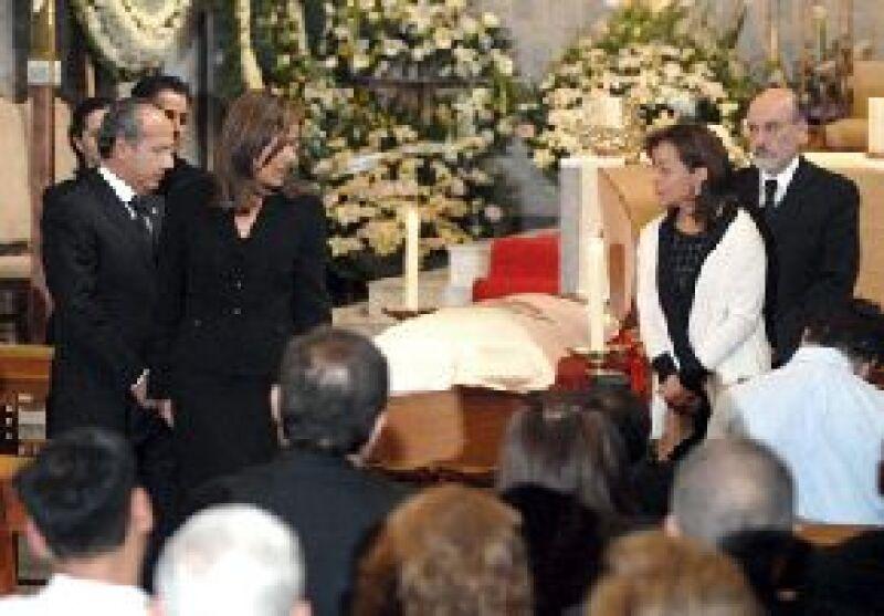 Familiares y amigos acudieron esta tarde al sepelio del ex secretario de Gobernación, Carlos Abascal Carranza, quien falleció el martes a causa de cáncer en el estómago.